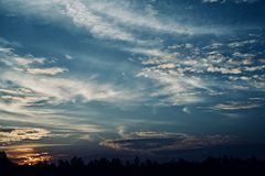 Schöner Nachmittagshimmel mit Foto der dunklen Wolken auf Lager stockfoto