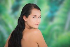Schöner nackter Brunette, der an der Kamera lächelt Lizenzfreie Stockfotografie