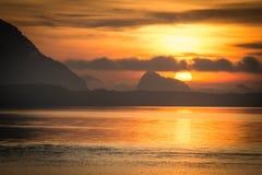 Schöner Natursonnenaufgang am Seegebirgshintergrund Stockbilder