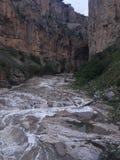 Schöner Naturwasserfall zwischen Felsen stockbilder