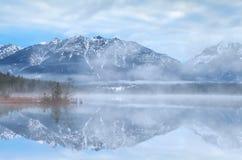 Schöner nebelhafter Morgen auf See in den Alpen stockbilder