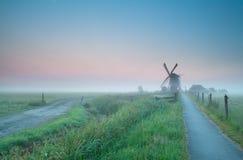 Schöner nebelhafter Sonnenaufgang über niederländischem Ackerland Lizenzfreie Stockfotos