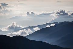 Schöner nebelhafter Sonnenaufgang Stockfotos