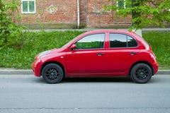 Schöner Nissan Micra March geparkt auf der Straße Lizenzfreies Stockfoto