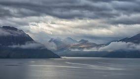Schöner norwegischer Fjord mit Bergen im Hintergrund Lizenzfreies Stockbild