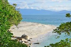 Schöner Nudey-Strand mit großartiger Ausdehnung des ursprünglichen weißen Korallensands genommen von der gehenden Bahn auf Fitzro Stockfotos