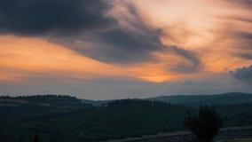 Schöner orange Himmel mit beweglichen Wolken und Sonne gehen unten Zeitspanneschuß in Jerusalem stock footage