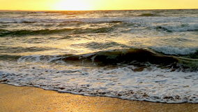 Schöner orange Sonnenuntergang auf Meer stock video