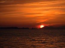 Schöner orange Sonnenuntergang mit der Sonne auf dem Meer Lizenzfreie Stockbilder