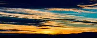 Schöner orange und blauer Sonnenuntergang-Himmel stockfoto