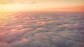 Schöner orange und rosa Sonnenaufgang über den Wolken, Ansicht von der Fläche stockfotografie