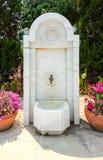 Schöner Osmane-Art-Marmor-Hahn-Wasser-Hahn im türkischen Garten lizenzfreies stockbild