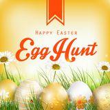 Schöner Ostern-Hintergrund mit Blumen und farbigen Eiern im Gras Stockbild