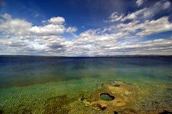 Schöner Ozean mit blauen Himmeln Lizenzfreie Stockbilder