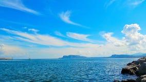 Schöner Ozean und Wolke gefüllter Himmel Lizenzfreie Stockbilder