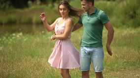 Schöner Paartanz auf dem Gebiet das Amüsierung und Lächeln Sommerwetter Romantisches atmophere Langsame Bewegung stock video footage