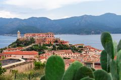 Schöner Panoramablick der Stadt Portoferraio und der Stella-Festung von Elba-Insel Italien lizenzfreie stockbilder