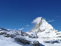Schöner Panoramablick des berühmten Schnee-mit einer Kappe bedeckten Matterhorns in den Schweizer Alpen nahe Zermatt, im Bezirk v lizenzfreies stockbild