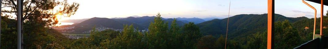 Schöner Panoramablick des bunten Sonnenuntergangs über dem Schwarzen Meer und den Bergen stockbild
