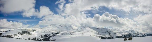 Schöner Panoramablick des Himmels und der Berge Stockfotos