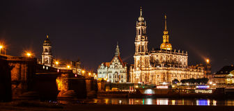 Schöner Panoramablick des Nachtsommers der Kathedrale des ` s der Heiligen Dreifaltigkeit oder Hofkirche, Bruehl Terrasse oder de lizenzfreie stockbilder