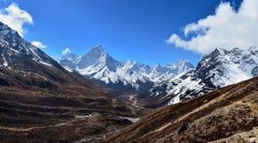 Schöner Panoramablick des Tales und des Ama Dablam-Berges O Lizenzfreie Stockbilder