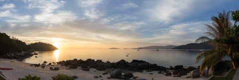 Schöner Panoramablick des tropischen Strandes mit Sonnenuntergang lizenzfreie stockfotos