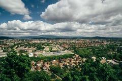 Schöner Panoramablick von Mukachevo, Ukraine von der Spitze des Palanok-Schlosses oder Mukachevo-Schlosses am hellen sonnigen Tag lizenzfreies stockbild