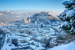 Schöner Panoramablick von Salzburg-Skylinen mit Festung Hohensalzburg und Kathedralen im Winter, Salzburger-Land, Österreich lizenzfreies stockbild