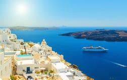 Schöner Panoramablick von touristischer Fira-Stadt zum Kessel und vom Vulkan am sonnigen Tag des Sommers SantoriniThira-Insel stockfotos