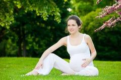 Schöner Park der schwangeren Frau im Frühjahr stockfoto