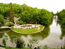 Schöner Park mit See und Bäumen Stockfoto