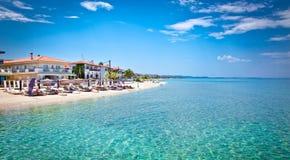 Schöner Pefkochori-Strand auf Kasandra-Halbinsel, Griechenland Stockfotos