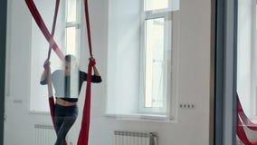 Schöner Pfostentänzer haben ein Training mit Luftseide im Studio stock video