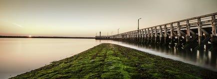 Schöner Pier mit Sonnenuntergang Stockfotos