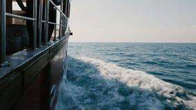 Schöner POV-Schuss der Kreuzfahrtyacht-Bootsseite, die schnell in hohe See, glänzende blaue Wellen am klaren sonnigen Tag schneid stock video footage