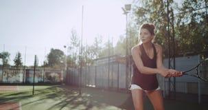 Schöner professioneller weiblicher Tennisspieler, Tennis am Tennisplatz draußen spielend stock video footage