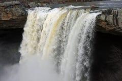 Schöner rasender Wasserfall Lizenzfreies Stockbild