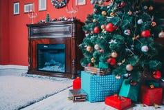 Schöner Raum des neuen Jahres mit verziertem Weihnachtsbaum Stockfotografie