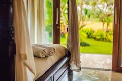 Schöner Raum im Landhaus, Tuch auf dem Bett lizenzfreie stockfotos