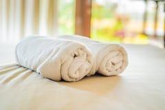 Schöner Raum im Landhaus, Tuch auf dem Bett lizenzfreies stockfoto