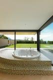Schöner Raum mit Jacuzzi Stockbild