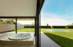 Schöner Raum mit Jacuzzi Stockbilder
