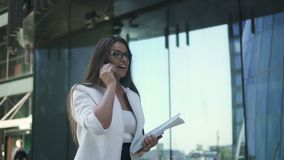 Schöner Rechtsanwalt in den Gläsern und in der weißen Jacke, mit dem langen Haar stock video
