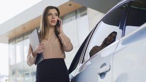 Schöner Rechtsanwalt, der zum Automobil, Kunden anrufend, Geschäftskommunikation geht stock video