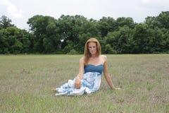 Schöner Redhead auf einem geöffneten Gebiet (1) Lizenzfreie Stockfotografie