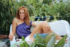 Schöner Redhead in einem Garten (8) Stockbilder