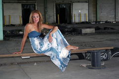 Schöner Redhead an einem verlassenen Lager (1) Stockfotos