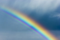 Schöner Regenbogen im Himmel Lizenzfreies Stockbild
