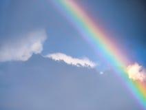 Schöner Regenbogen im Himmel Stockbilder